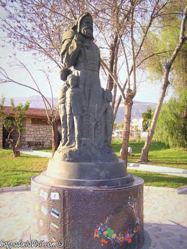 Памятник на площади перед церковью