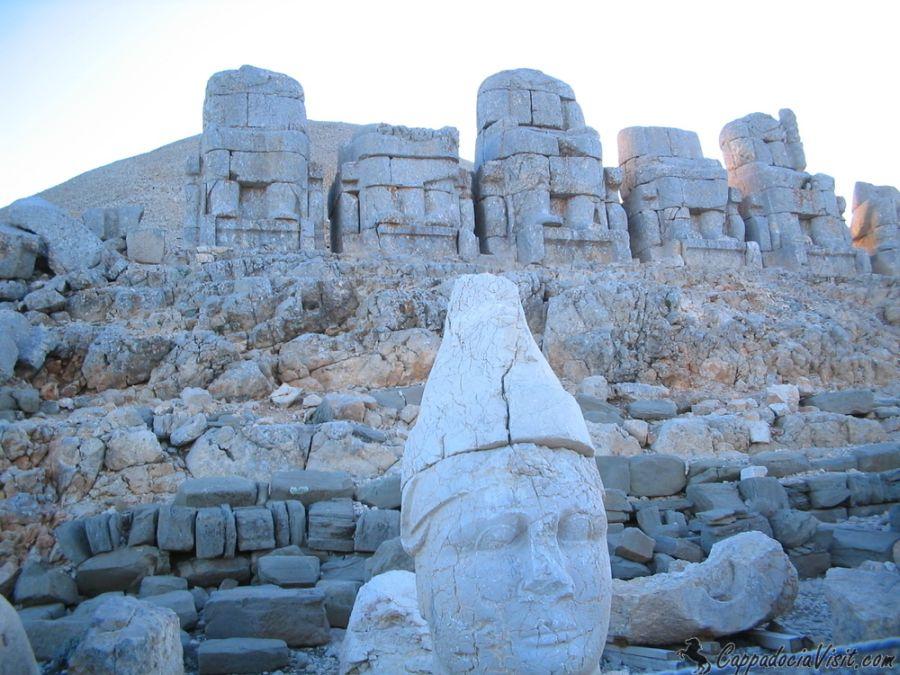 Статуи богов на горе Немрут - Турция