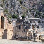 Театр построен из каменных блоков из местного камня