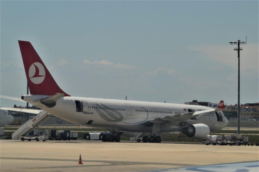Самолет Turkish Airlines в Сатмбульском аэропорту