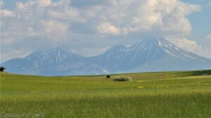 Гора Гёллюдаг (влево) и гора Хасан
