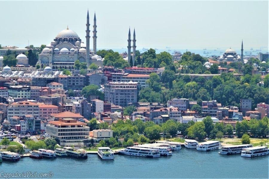 Мечеть Сулеймание и прогулочные катера в бухте