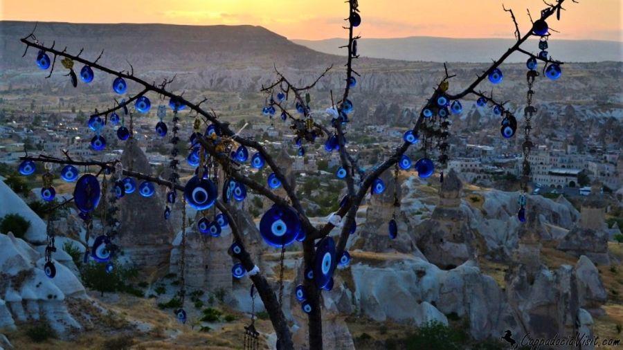 Восход в Гёреме — Украшения на деревья это бусины от сглаза