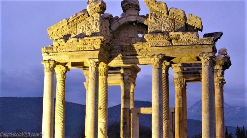 Древний город Афродисиас - тетрапилон
