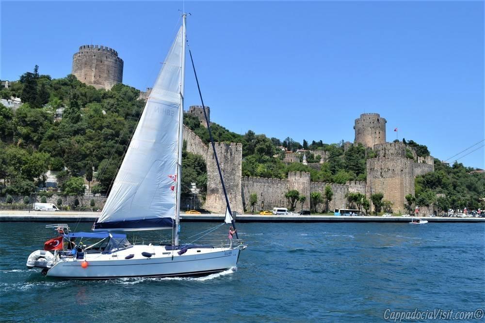 Яхта на фоне крепости Румели Хисары - Стамбул