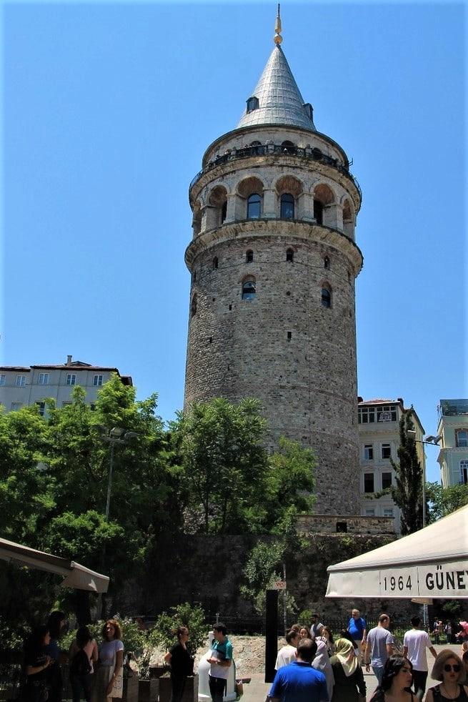 С улицы Истикляль легко можно добраться до Галатской башни
