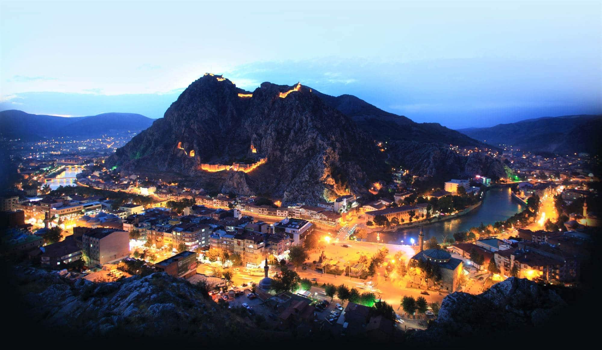 Крепость Амасьи и город после заката