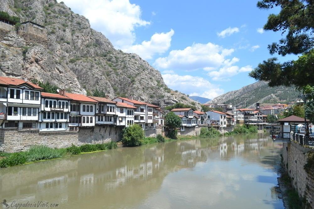 Река Ешильырмак и старые дома на берегу реки