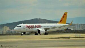 Самолет бюджетной авиакомпании Pegasus в аэропорту Сабиха Гёкчен