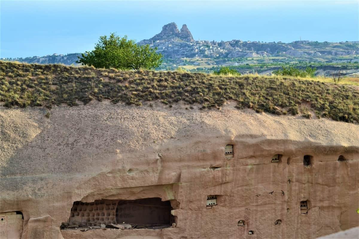 Заброшенные скальные голубятни и крепость Учхисар
