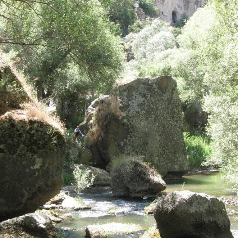 На дне каньона Ихлара вьется река Мелендиз