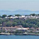 Дворец Топкапы расположен на полуострове который окружают Мраморное море, пролив Босфор и бухта Золотой Рог