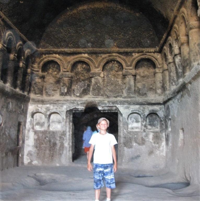 Внутри одной из скальных церквей монастыря